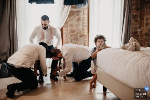 Receptielocatiefoto, Domaine Mas Conte, Perpignan - de bruidegom bereidt zich voor met de beste mannen en Godson