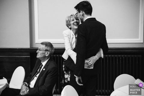 Photographie de reportage de mariage en Ecosse: Leith Theatre - Marié avec sa mère