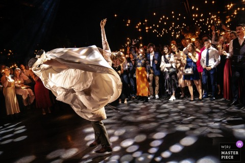 La photo de la réception de mariage d'Anvers contient: Le marié prend élégamment la mariée pendant la première danse et la fait tournoyer