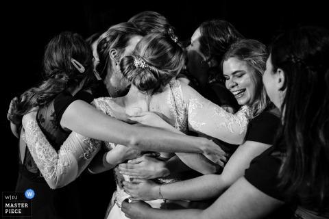 Flanders Reception Image contient: Les amis de la mariée lui donnent un câlin de groupe après leur discours