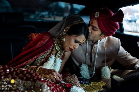 Photographe de mariage Embassy Suites St Charles Missouri: le couple pleure avant de partir