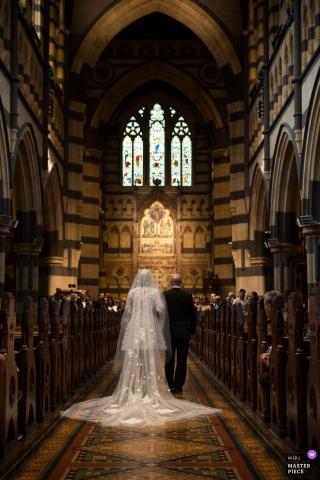 Photographe de mariage à Melbourne: la mariée et le père sont allés à l'église.