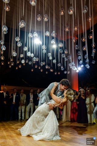 秘鲁接待处的婚礼照| 新娘和新郎的第一支舞