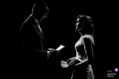 Domtoren, Utrecht, photographe de mariage néerlandais: lorsque vous n'avez que des bougies pendant les vœux, pas besoin d'esquiver ou de brûler. Post-production minimale sur ce beau moment.