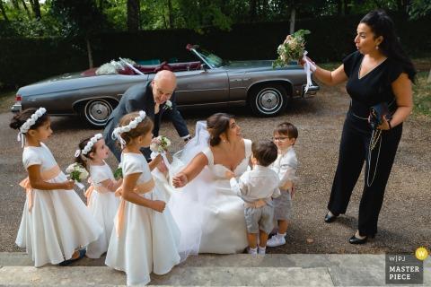 L'image de mariage de l'église de Paris contient: La mariée arrivant à l'église et découvrant des enfants d'honneur