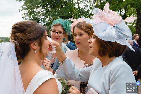 Cérémonie de mariage en Île-de-France: la maman de la mariée et les demoiselles d'honneur sèchent les larmes de la mariée