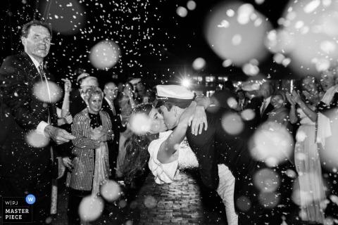Nantucket Yacht Club, Photo de réception de mariage - Jeunes mariés sortant de la cérémonie dans le cadre d'une célébration d'écofetti.