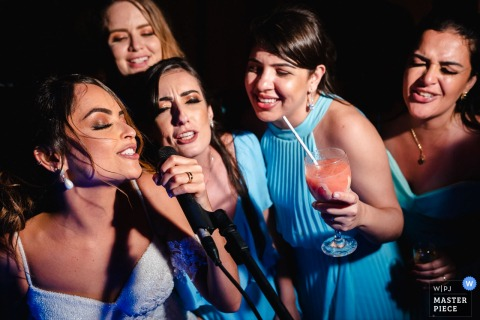 Ilheus - BA - Brazil Wedding Pictures - When the bride wants to sing with her friends at the reception party