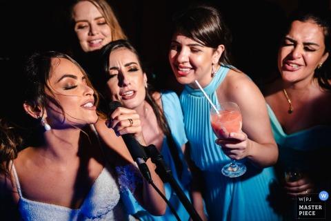 Ilheus - BA - Brazilië Trouwfoto's - Wanneer de bruid met haar vrienden wil zingen op het feest van de receptie