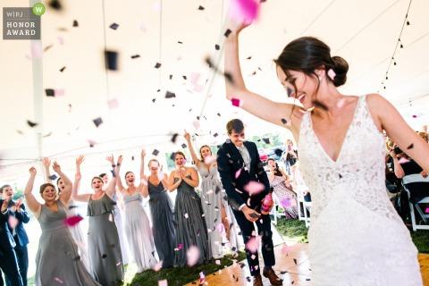 Photo du lieu de réception de Kingston en Ontario depuis la piste de danse: le marié fait éclater une bouteille de confettis