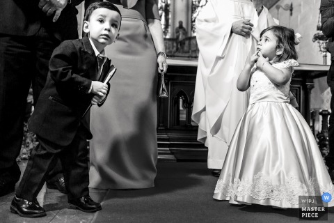 Paróquia São Pedro, Porto Alegre City, Brazylia - Zdjęcia ślubne - Dzieci były wzburzone i niespokojne, czekając, aż panna młoda wejdzie do kościoła.