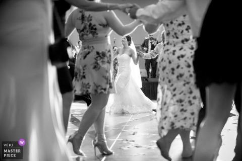 Sacramento, CA fotografía de recepción de la boda | Novia bailando cogidos de la mano.