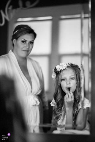 Deer Park Villa, photos de mariage Fairfax - Flower girl se prépare dans le miroir