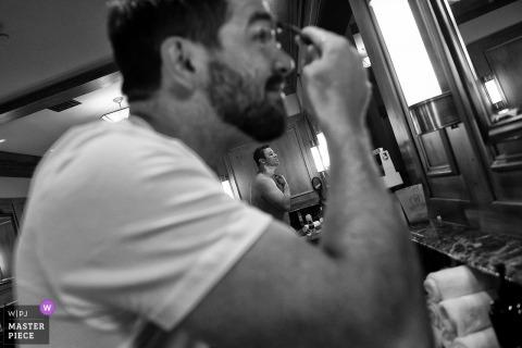Truckee, CA trouwfotograaf: bruidegom en officiant zich klaarmaken