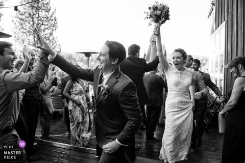 Truckee, CA trouwfoto: bruid en bruidegom na ceremonie