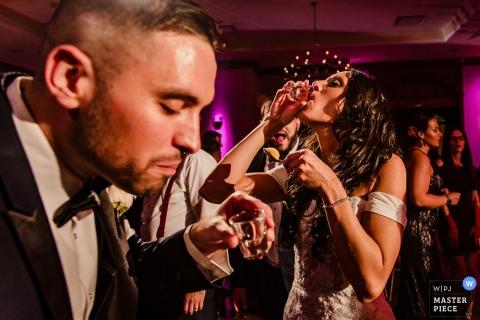 Lieu: Royalton on the Greens | La mariée et le marié prennent des photos dans cette photo de mariage