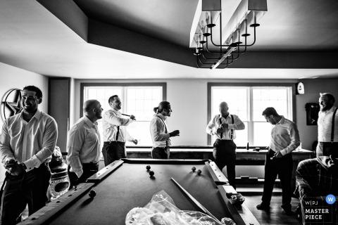 Groomsmen si prepara nella Woodford Lounge di Bear Brook Valley - fotografo di matrimoni del New Jersey