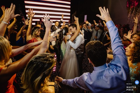 Bride and groom dancing among the guests at their Mahala Eventos wedding.