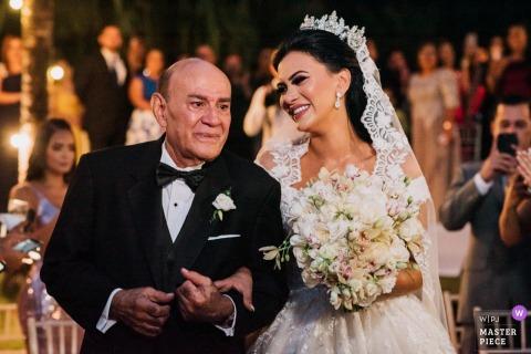 仪式上的巴拿马婚礼照片| 新娘的父亲带着他的女孩去祭坛