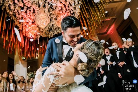 Photographe de mariage au Panama: fête à la réception avec la première danse de la mariée et du marié