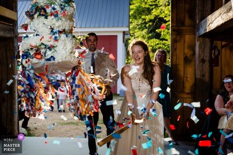 Kitz Farm à Strafford New Hampshire photos de mariage - SMASH va la piñata de gâteau de mariage dans NH