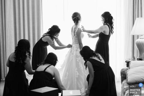 Photographe de mariage en Floride: à l'hôtel. La mariée se prépare avec ses demoiselles d'honneur