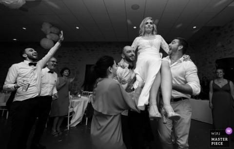 Photographie de mariage en Floride pendant la soirée au château - La mariée n'est pas rassurée