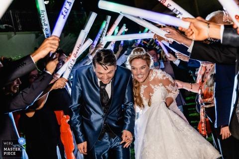 Hiszpania Para przybywa do recepcji   Fotografia ślubna młodej pary, która jest bardzo szczęśliwa.