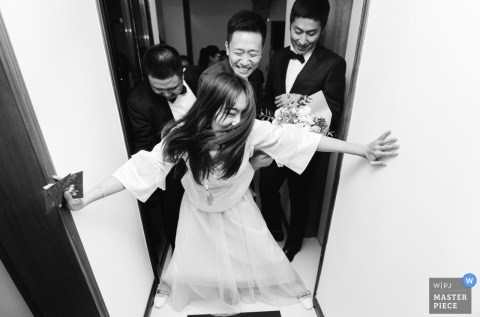 China home photography on wedding day | stop bridegroom at the door
