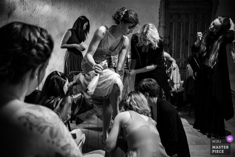 Fotografia ślubna Prieuré de Taluyers panny młodej przygotowującej się do uroczystości.
