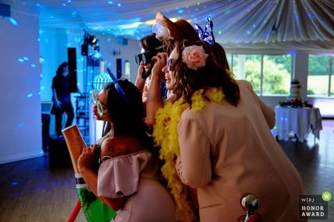 Hampshire England Ontvangstlocatiefoto van bruiloftsgasten die plezier hebben