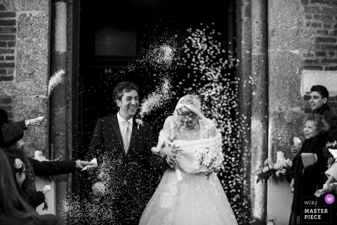Chiesa Provincia di Milano | Bride and Groom exit the church and are greeted with a shower of rice from their guests.