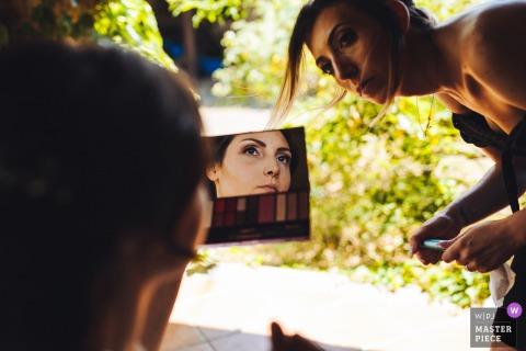 Miejsce ślubu w Tenuta di Polline   Panna młoda sprawdza jej makijaż przed ceremonią.