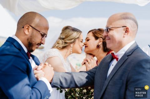Set Lounge Azurara海滩-波尔图-葡萄牙来自户外仪式的结婚照-新娘的父母也都是婚礼的主持人,并以热烈的问候向这对夫妇致意。