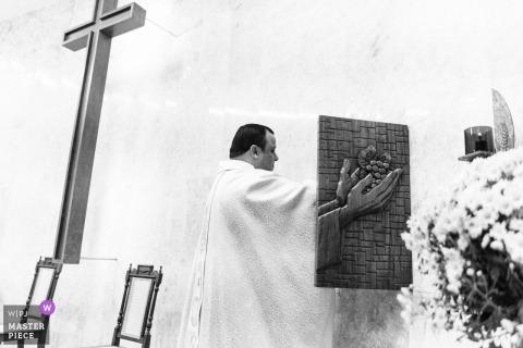 Igreja Asa Sul - Brasilia - Brésil | Photo d'un prêtre prenant des éléments sacrés pour la cérémonie