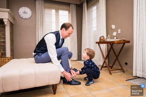 Bei den Paaren zu Hause, Belgien Hochzeitsfotos   Mama half Papa mit seinen Schuhen und wartete darauf, geheiratet zu werden.