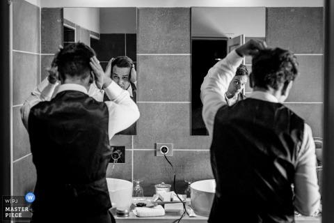 Mas de Peint, Camargue, Francia, fotos del día de la boda del novio y su hermano se peinan mutuamente.