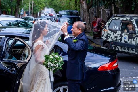Via del Bosco - Catania   De vader van de bruid regelt de sluier voor haar dochter voordat hij de kerk binnengaat.