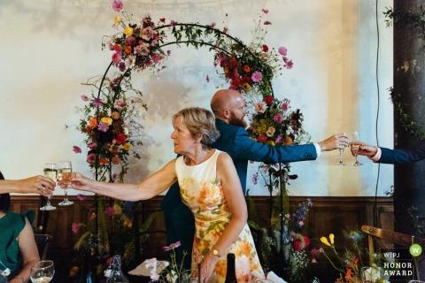 Clapton Country Club, Londoner Hochzeitsfoto des Bräutigams und seiner Mutter Toast während der Reden