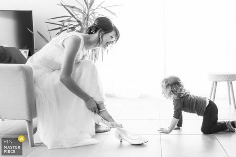 Domaine de Elies, Nieul les Saintes - Nouvelle Aquitaine - Meisje geïnteresseerd door bruid die zich klaarmaakt - Huwelijksfotograaf La Rochelle