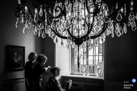 Podczas przygotowań na miejscu Slot Doddendahl w Nijmegen. | Fotografia panny młodej przygotowuje się wraz z matką i kosmetyczką
