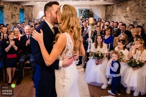 Fotografía de Ballymagarvey Village, Meath, Irlanda desde el lugar de la boda: los niños reaccionan al primer beso