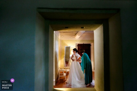 Convento dell'Annunciata, Medole, Mantova | Trouwfoto van de bruid die zich klaarmaakt.