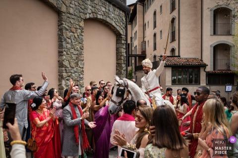 Toskania indyjskie tradycje ślubne fotografia   Pan młody przybywa na koniu z mieczem nad głową