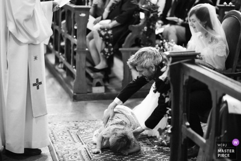 Eglise de Tiffauges Church Wedding Photos | The bride and groom's daughter just fall on the ground