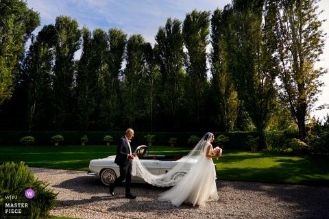 Convento dell'Annunciata, Medole, Mantova | De bruid loopt langs de auto en naar de kerk.
