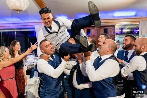 Fotografia miejsca ślubu Mirador de Cuatro Vientos   Drużbowie biorą pana młodego w powietrze