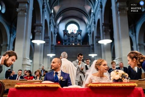 Triest, Włochy Ceremonia fotografii w dniu ślubu w wielkim kościele.