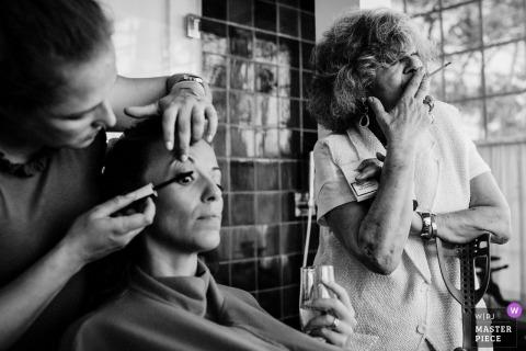 Portugalska panna młoda przygotowuje się   Czarno-białe zdjęcie przed ceremonią Zastosowano makijaż oczu