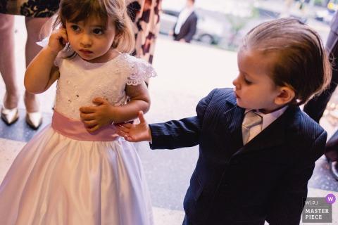Kościół w Porto Alegre, Brazylia | Dzień ślubu fotografia Młoda para czeka panny młodej przybycie